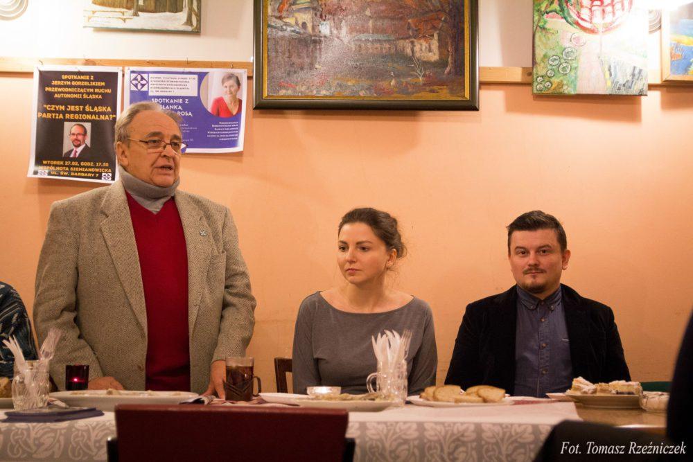 Zbigniew P. Szandar (stoi), gospodarz spotkania, Monika Rosa, Bartosz Dudzik