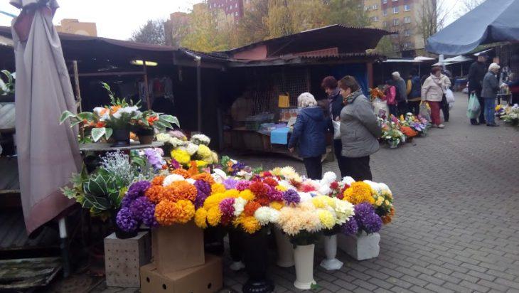 Dąbki w cenie – targowisko w Michałkowicach.