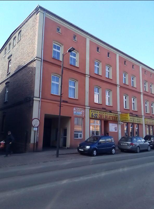 """W tym budynku mieścił się kino-teatr """"Tęcza"""". Po remoncie elewacji nie zachował się nawet szyld."""