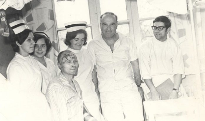 Dr Sakiel - drugi od prawej - ze swoim zespołem.