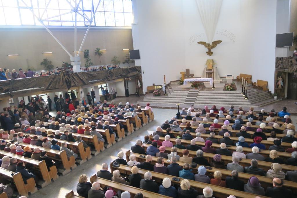 Pełne wnętrze świątyni w niedzielę, 3 marca.