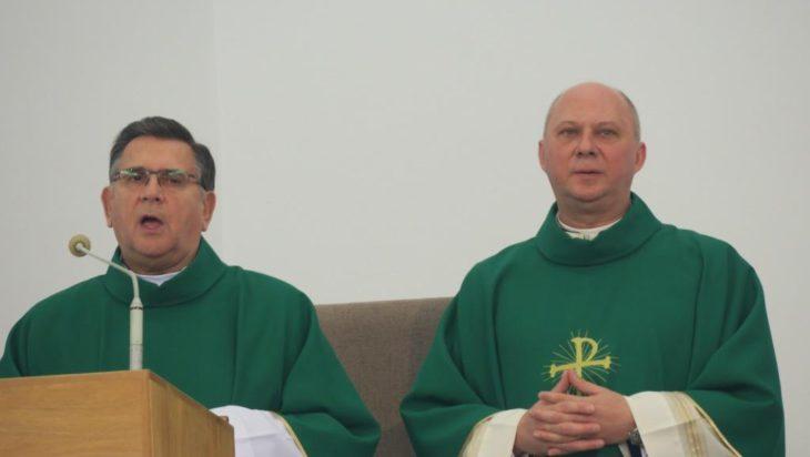 Od lewej były proboszcz ks. Konrad Zubel i aktualny ks. Tomasz Kopczyk.