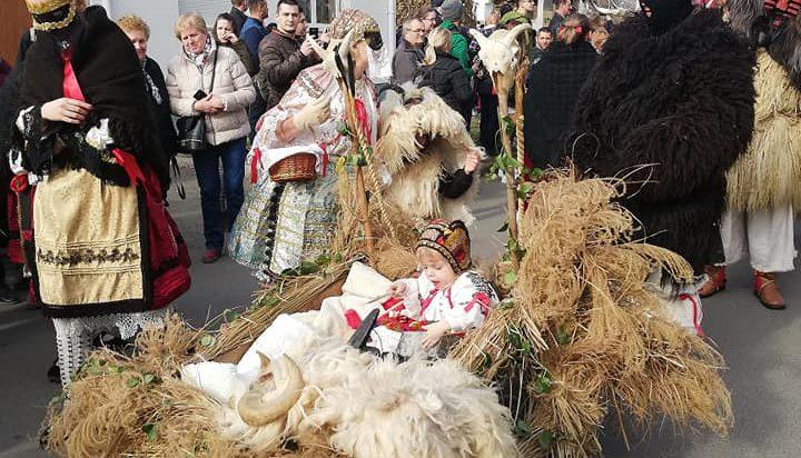 Przebierańcy podczas tradycyjnego pochodu.