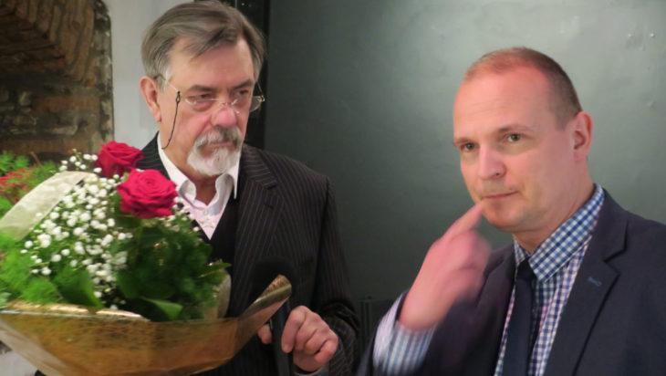 Kwiaty wręczał dyrektor Muzeum w Siemianowicach Śląskich Wojciech Grzyb.