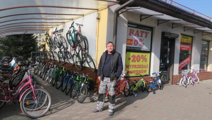 Zygmunt Korczyński, właściciel sklepu i serwisu rowerowego w swoim królestwie.
