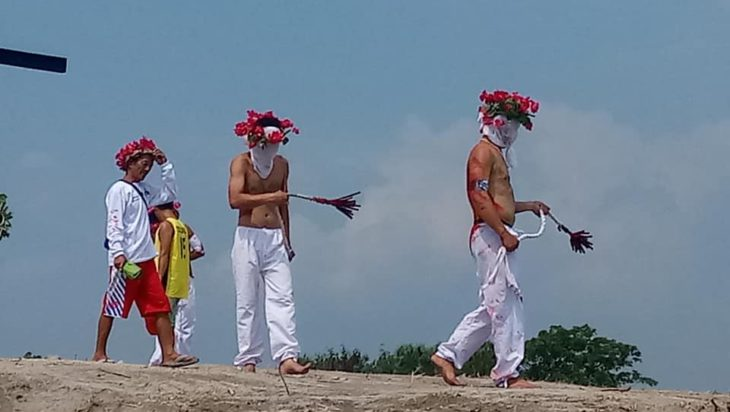 Podczas procesji biczowników W San Fernando. Krew i razy batem są prawdziwe. Zdjęcia z Wielkiego Piątku.