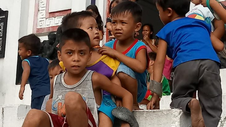 Na cmentarzu w Manilli mieszkają całe rodziny. Fundacja pomaga im udzielając pomocy medycznej oraz dostarczając żywność.