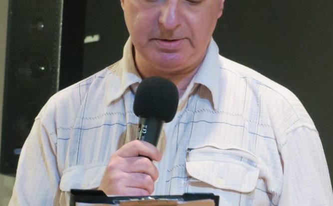 Poeta Jarek Engler.
