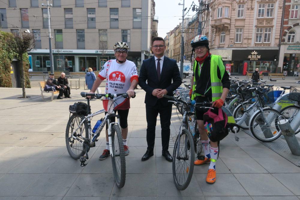 Prezydent Marcin Krupa (w garniturze jak na kolarza przystało) w towarzystwie rowerzystów.