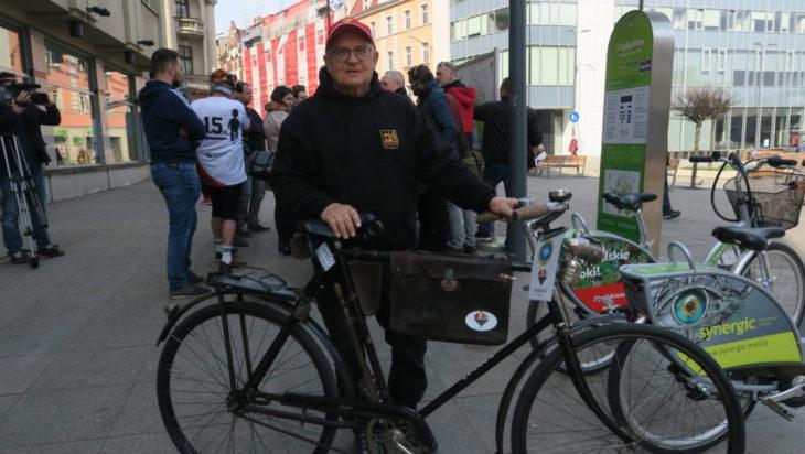 Redaktor Wojciech Mszyca, miłośnik antycznych rowerów.