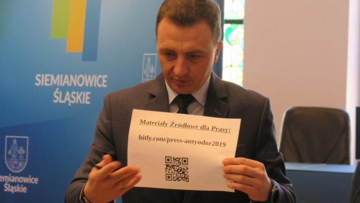 Rzecznik Piotr Kochanek jak zawsze nowoczesny. Klikniesz na kod i już wiesz!