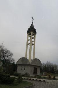Kaplica jako część dzwonnicy. Nowa część kościoła w Bańgowie.
