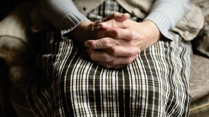 Gościnna 80-latka okradziona