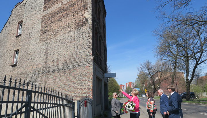 Ta ściana mogłaby być ozdobiona muralem.
