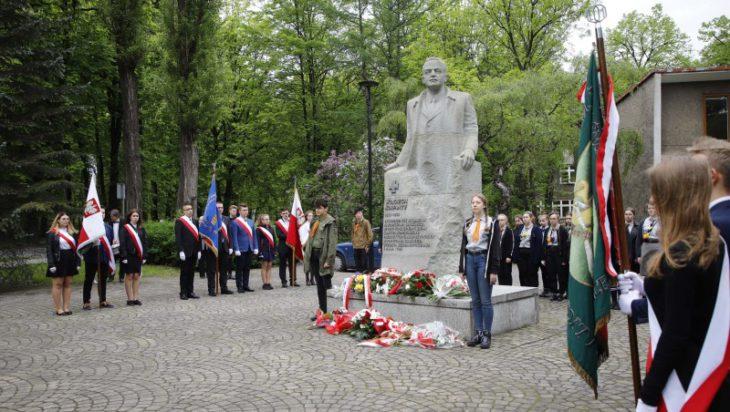 Pod pomnikiem Wojciecha Korfantego.
