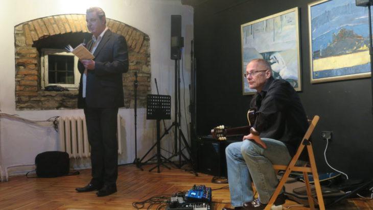 Prowadzący wieczór poetycki Jarosław Engler; akompaniament Adam Bul.