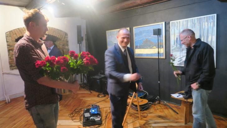 Dyrektor Muzeum Wojciech Grzyb jak zwykle pamiętał o różach dla wykonawców.