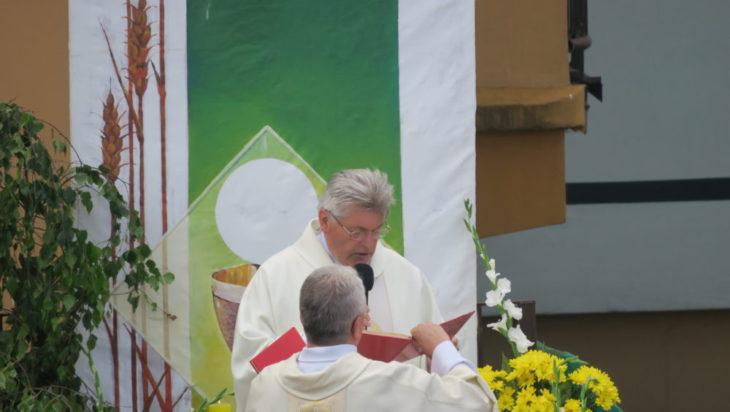 Uroczystość Bożego Ciała na osiedlu Nowy Bańgów. Modlitwę prowadzi ksiądz proboszcz parafii pw. Jana Sarkandra ksiądz Krystian Bujak.