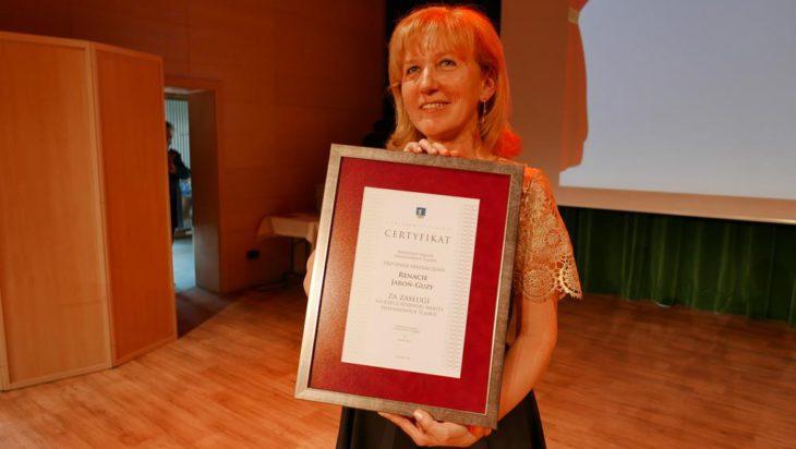 Renata Jaroń-Guzy, prezes seniorskiego Uniwersytetu otrzymała z rak prezydenta Rafała Piecha odznaczenie Za zasługi na rzecz rozwoju Siemianowic Śląskich – gratulujemy!