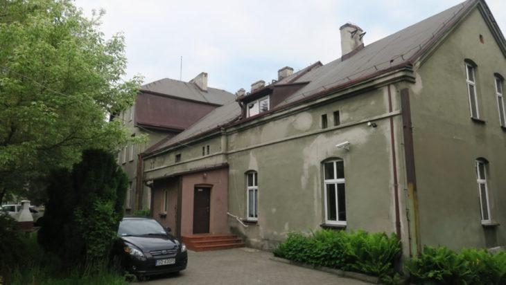 Stowarzyszenie Chorych na SM mieści się w byłej szkole podstawowej. Jest to budynek zabytkowy, którego jedna z części liczy nawet 200 lat.