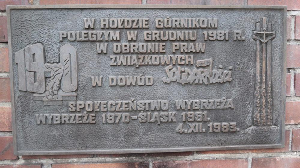 Anna Walentynowicz przywiozła tę tablicę do Katowic i 4 grudnia 1983 próbowała zamontować na kopalnianym murze wraz z Kazimierzem Świtoniem