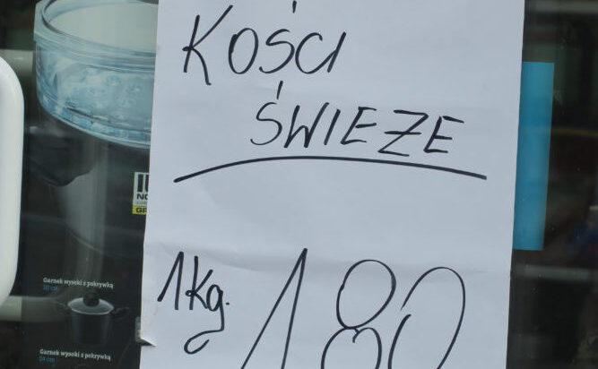Ogłoszenie ze sklepu Społem, róg Barbary i Śląskiej.Ciekawe ile kosztuja w promocji kości nieświeże.
