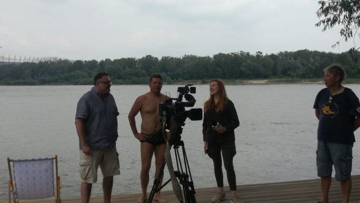 Albo wraz z Leszkiem Nazimcem wziąć udział w jego kolejnym pływackim maratonie, Odysei Wiślanej. Tu podczas nagrania dla TV Polsat.