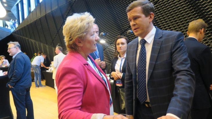 Szefowa siemianowickiego PiS Danuta Sobczyk podczas rozmowy z ministrem sportu Witoldem Bańką.