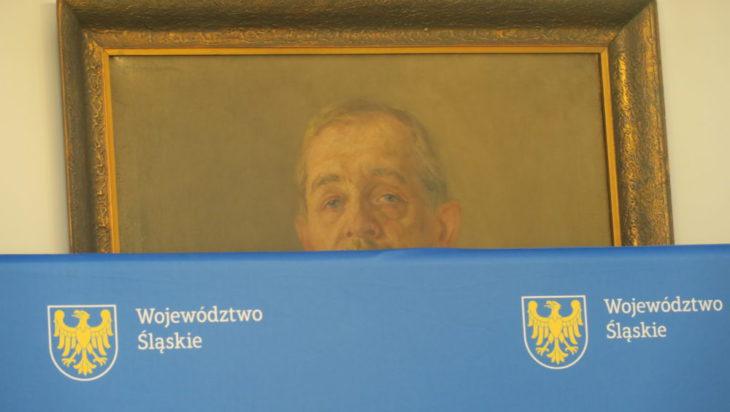 Nieśmiało wygląda zza reklamowej ścianki Wojciech Korfanty. No cóż, widać on na kole nie jeździł.