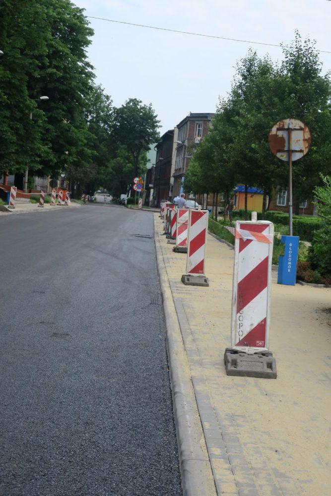 Zrobiono już ul. Komuny Paryskiej w centrum, ale jedynie do skrzyżowania ze Śmiłowskiego.