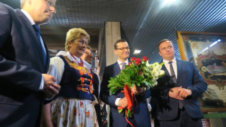 Podczas złożenia kwiatów przed ołtarzem św. Barbary. Obecni przedstawiciele władz wojewódzkich.