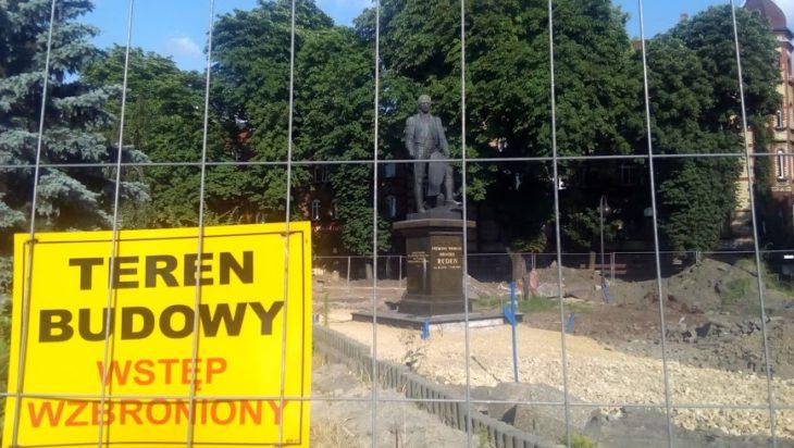 Przedłuża się remont okolic pomnika Grafa Redena na pobliskim Placu Hutniczym.
