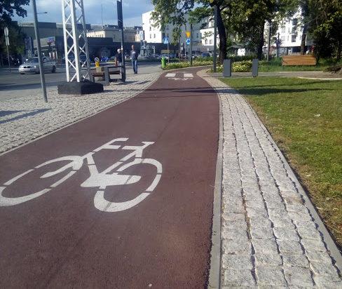 Za to na tym placu startuje ścieżka rowerowa prowadząca aż do TV w Bytkowie. Nie zastąpi jednak tramwaju linii 12.