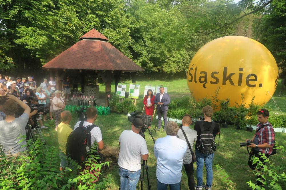 Początek akcji, marszałek Jakub Chełstowski i Izabela Domogała, wchodząca w skład Zarządu Województwa Śląskiego przedstawiają cela akcji.