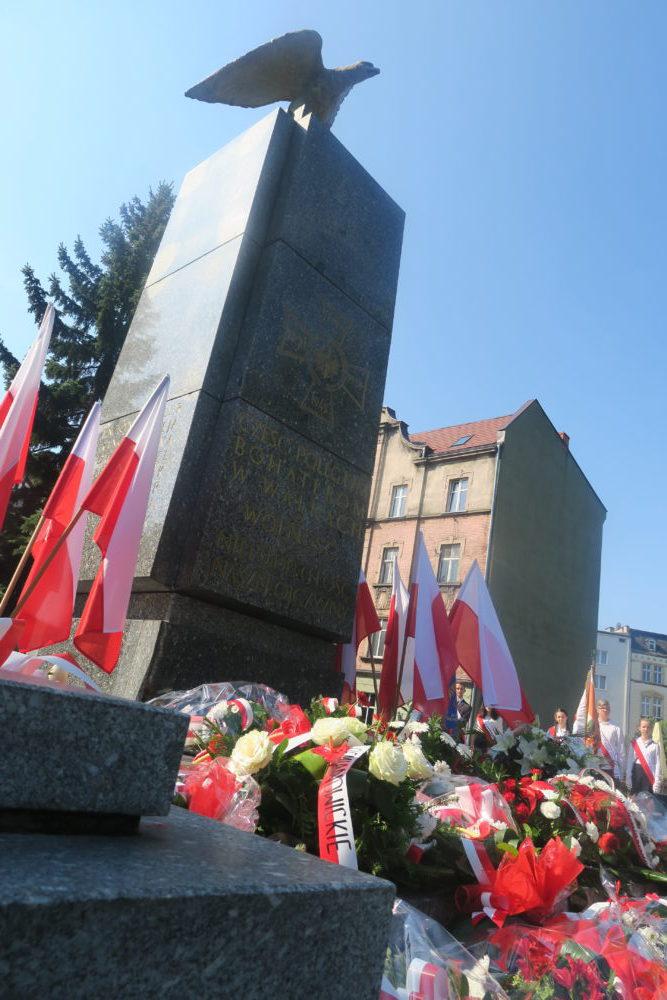 Powstańczy monument na siemianowickim Rynku.