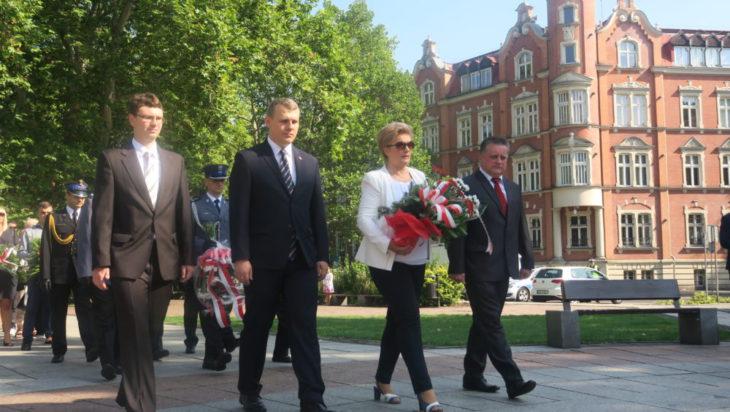 Kwiat składa delegacja PiS z przewodniczącą Danutą Sobczyk.