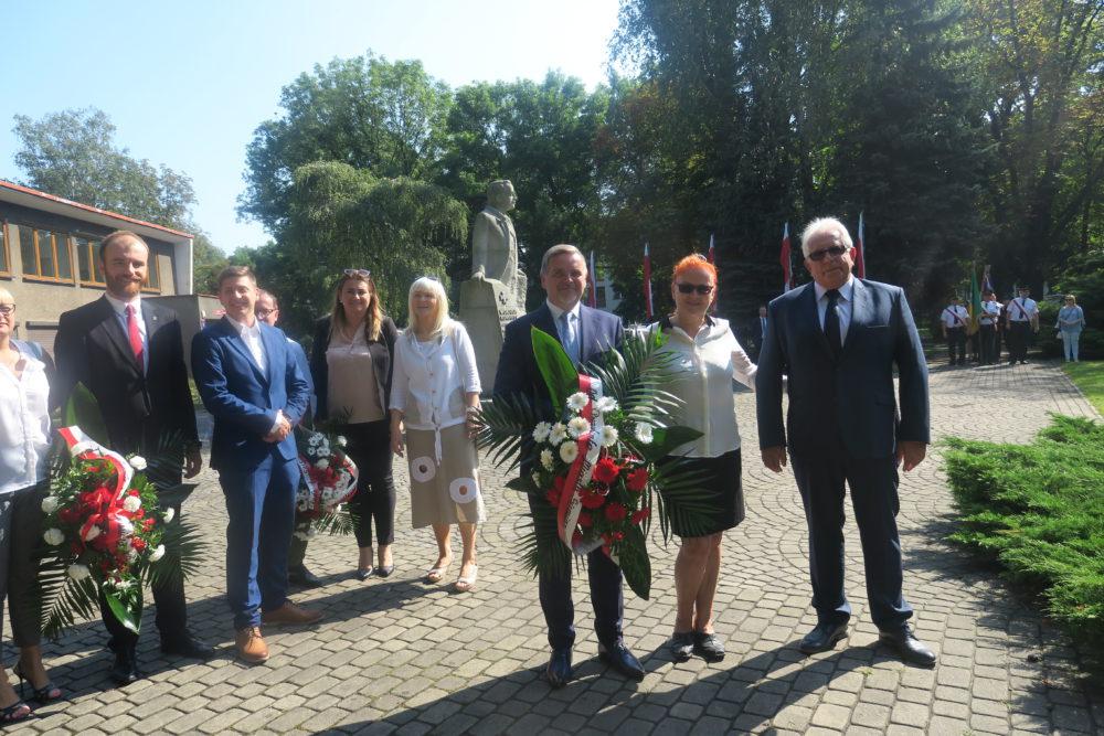 Sekretarz miasta Adam Skoworonek, wraz ze skarbnikiem UM Siemianowice Henrykiem Falkusem. W środku przewodnicząca SLD Małgorzata Groniewska.