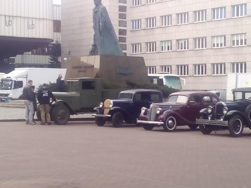 Zajazd retro mobili Plac Sejmu Śląskiego. W Urzędzie Wojewódzkim także kręcono.