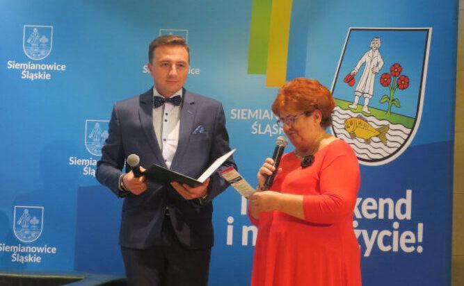 Rzecznik UM Piotr Kochanek z Barbarą Mertą (Rada Seniorów), która na czas Senioraliów zastępowała w mieście prezydenta Rafała Piecha!