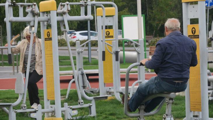 Aktywni seniorzy? Nie trzeba daleko szukać, na zdjęciu siłownia przed szybem Krystyn.