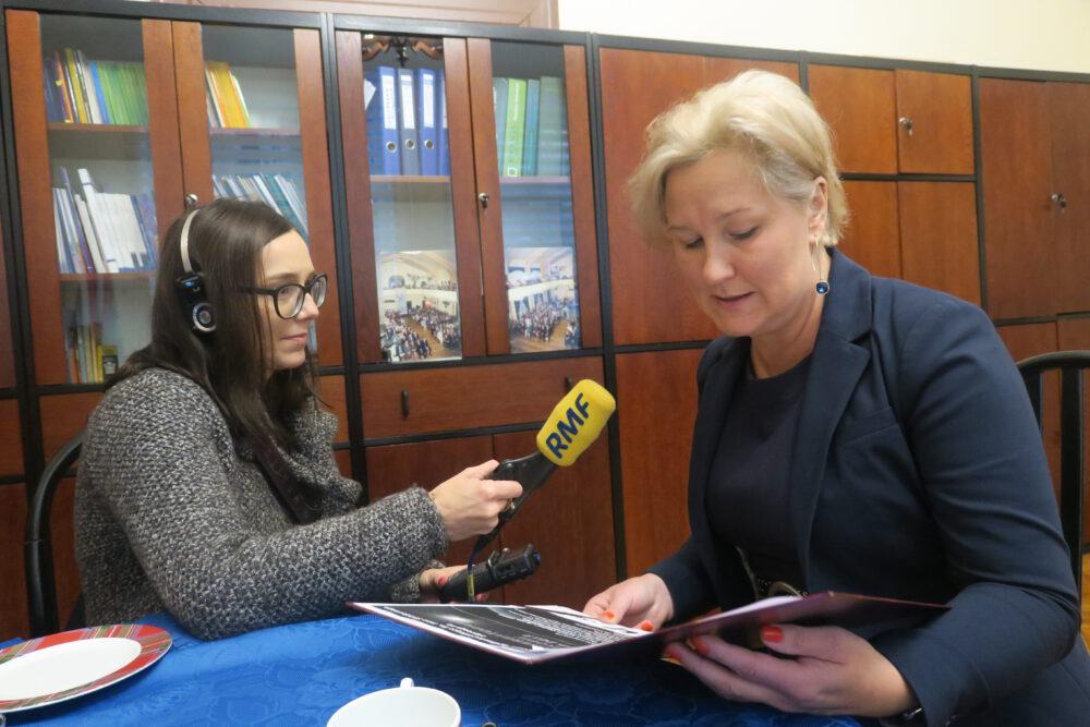 Agata Krzysztofik udziela wywiadu mediom.
