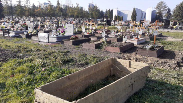 Bytków - Jedyny cmentarz w Grodzie Siemiona na którym widoczne są jeszcze wolne miejsca na pochówku.