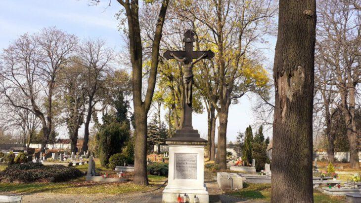 Ewangelicki - Renowacji jak na razie doczekał się na cmentarzu ewangelickim krzyż znajdujący się w jego centralnej części. Nie po raz pierwszy pokazujemy rodzinny grób przemysłowców Fitznerów. Będziemy robić to aż do skutku, to znaczy dotąd aż ktoś się wreszcie nim zainteresuje.