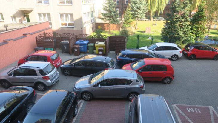 Podwórko ratusza w czasie sesji. Niezłe szachy – maty w parkowaniu. Jak tu wyjechać?