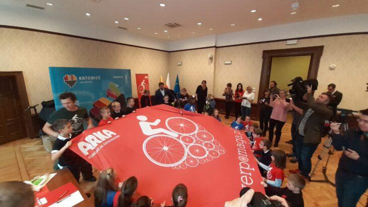 Mały event wielka flaga, w akcji dzieci z katowickiej SP 12.