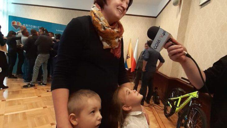 Wanda Opoka z Fundacji Dom Aniołów Stróżów ze swoimi wychowankami.