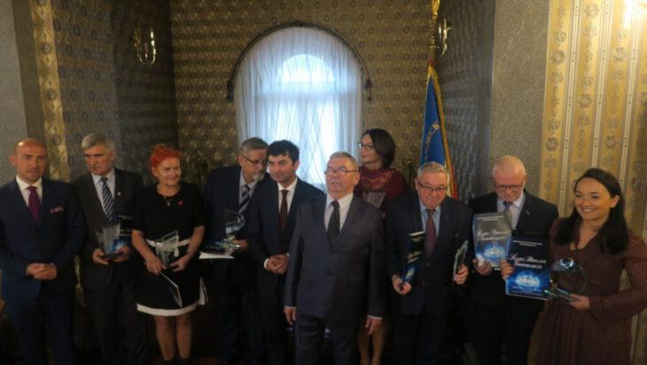 Grupowa fotka laureatów.
