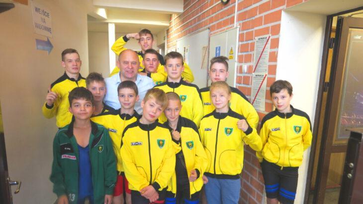 Jarek Siuj z młodymi zawodnikami GKS