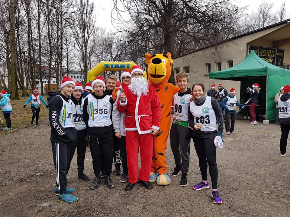 Święty Mikołaj przywitał również uczniów z Zespołu Szkół Meritum na trasie biegu