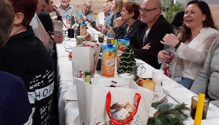 Spotkanie świąteczne w Katowickim Stowarzyszeniu Trzeźwościowym DWÓJKA w którym udziela się również wielu siemianowiczan.